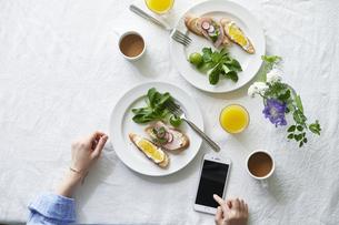 食事が並んだダイニングテーブルの写真素材 [FYI04318090]