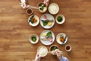 食事が並んだダイニングテーブルの写真素材 [FYI04318091]