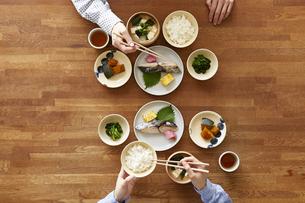 食事が並んだダイニングテーブルの写真素材 [FYI04318092]