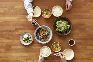 食事が並んだダイニングテーブルの写真素材 [FYI04318093]