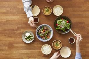 食事が並んだダイニングテーブルの写真素材 [FYI04318094]