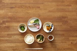 食事が並んだダイニングテーブルの写真素材 [FYI04318095]