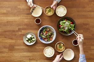 食事が並んだダイニングテーブルの写真素材 [FYI04318096]
