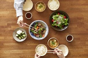 食事が並んだダイニングテーブルの写真素材 [FYI04318097]