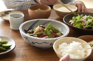 食事が並んだダイニングテーブルの写真素材 [FYI04318098]