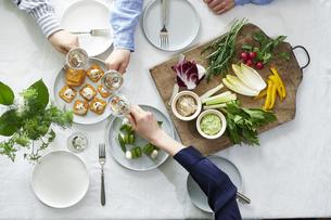 食事が並んだダイニングテーブルの写真素材 [FYI04318100]