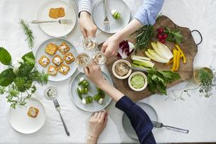 食事が並んだダイニングテーブルの写真素材 [FYI04318101]