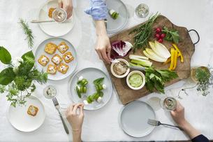 食事が並んだダイニングテーブルの写真素材 [FYI04318102]