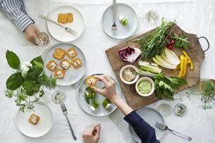 食事が並んだダイニングテーブルの写真素材 [FYI04318103]