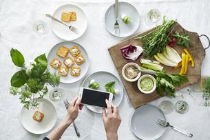 食事が並んだダイニングテーブルの写真素材 [FYI04318104]