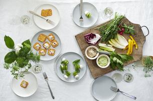 食事が並んだダイニングテーブルの写真素材 [FYI04318105]