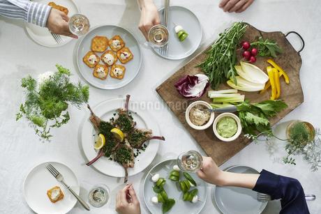 食事が並んだダイニングテーブルの写真素材 [FYI04318107]