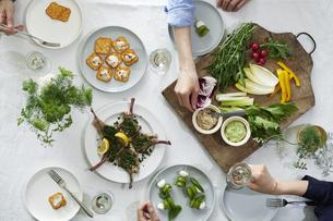 食事が並んだダイニングテーブルの写真素材 [FYI04318108]