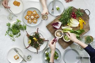 食事が並んだダイニングテーブルの写真素材 [FYI04318109]