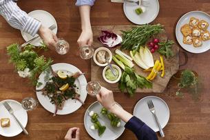 食事が並んだダイニングテーブルの写真素材 [FYI04318110]