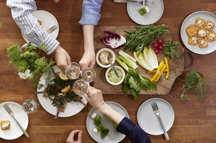 食事が並んだダイニングテーブルの写真素材 [FYI04318114]