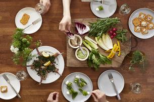 食事が並んだダイニングテーブルの写真素材 [FYI04318115]