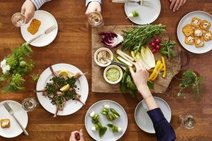 食事が並んだダイニングテーブルの写真素材 [FYI04318116]