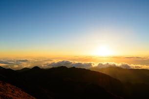 南アルプス 雲海の向こうに沈む夕日の写真素材 [FYI04318138]