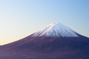 山梨県 夜明けの富士山の写真素材 [FYI04318142]
