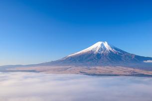 山梨県 雲海の上の富士山の写真素材 [FYI04318148]