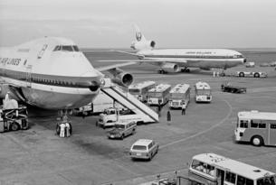 羽田空港駐機場の写真素材 [FYI04318260]