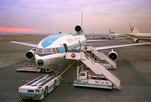 夕暮れの羽田空港の写真素材 [FYI04318283]