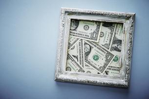 アメリカドル紙幣と額縁の写真素材 [FYI04318297]