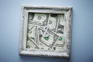 アメリカドル紙幣と額縁の写真素材 [FYI04318299]