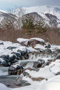長野県白馬村 雪山と松川の雪景色の写真素材 [FYI04318375]