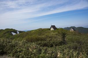 白神岳の山頂避難小屋の写真素材 [FYI04318377]