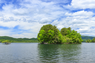 桧原湖の小島の写真素材 [FYI04318553]