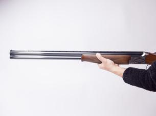 ライフルを構える人の写真素材 [FYI04318721]