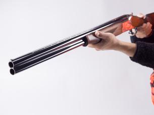 ライフルを構える人の写真素材 [FYI04318723]