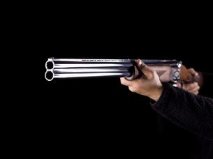 ライフルを構える人の写真素材 [FYI04318728]