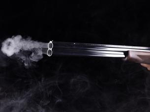 煙を吹くライフルの写真素材 [FYI04318729]