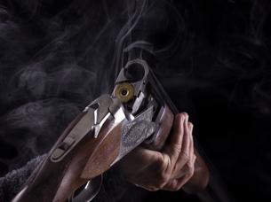 ライフル銃と煙の写真素材 [FYI04318732]