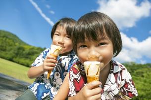 アイスクリームを食べる双子の兄弟の写真素材 [FYI04318735]