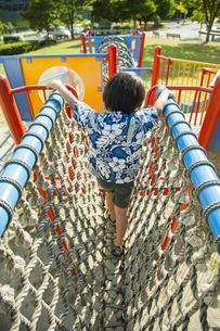 遊具で遊ぶ日本人の男の子の写真素材 [FYI04318739]