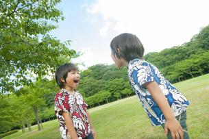 向き合って笑う双子の兄弟の写真素材 [FYI04318741]