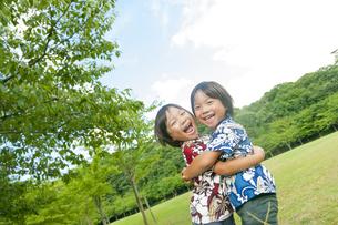 抱き合う双子の兄弟の写真素材 [FYI04318744]