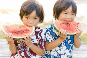 スイカを食べる双子の兄弟の写真素材 [FYI04318754]