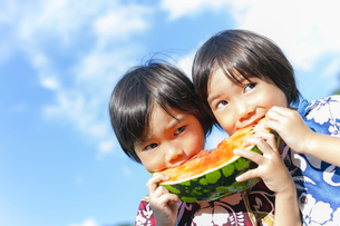スイカを食べる双子の兄弟の写真素材 [FYI04318756]