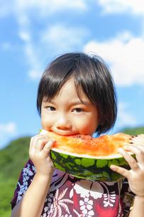 スイカを食べる男の子の写真素材 [FYI04318757]