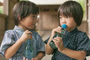 甚平姿でラムネを飲む双子の兄弟の写真素材 [FYI04318764]