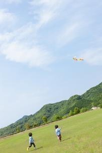 凧揚げをする双子の兄弟の写真素材 [FYI04318777]