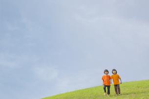 草原に立つ双子の兄弟の写真素材 [FYI04318788]