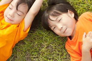 日本人の双子の兄弟の写真素材 [FYI04318789]
