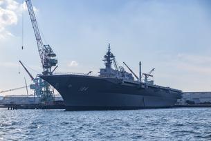 根岸湾へ入港中の護衛艦かがの写真素材 [FYI04318792]