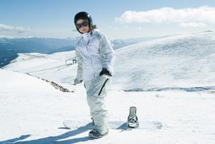 girl standing with snowboard portraitの写真素材 [FYI04318821]